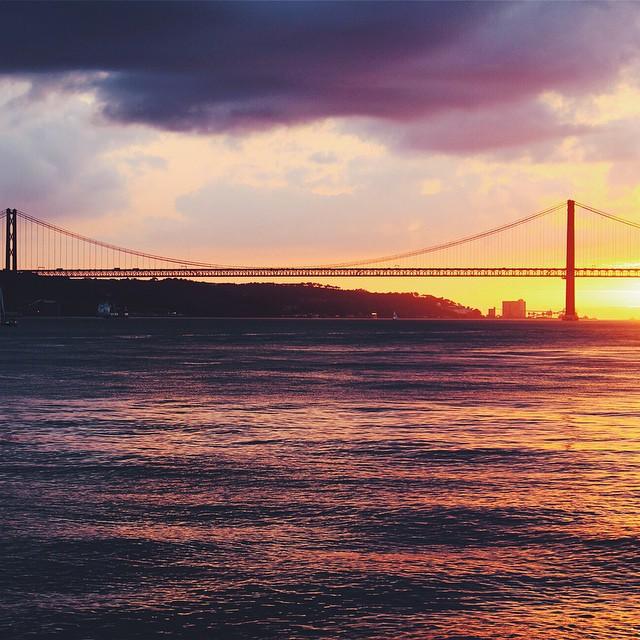 #ThrowBackThursday Souvenir de Lisbonne et ce magnifique coucher de soleil sur le légendaire pont rouge de la ville ☀️?? C'est la photo que j'ai choisi pour le concours #KodakMoment, plus d'info sur le blog ?? #lisboa #tbt #lx #lisbonne #souvenir #voyage #portugal #tbt #travel #wanderlust @kodakmoments_fr