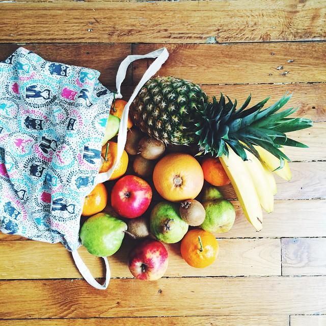 Bunch of fruits for a happy tummy ???? / / Mercredi rime avec marché et surtout fruits, légumes qui vont éclairer mes repas et ces journées d'automne bien grises ????#eathealthy #fresh #vscocam #healthy #fruit #pineapple #farmermarket #instafood #yummy #healthspo #getfit #foodporn #green ??