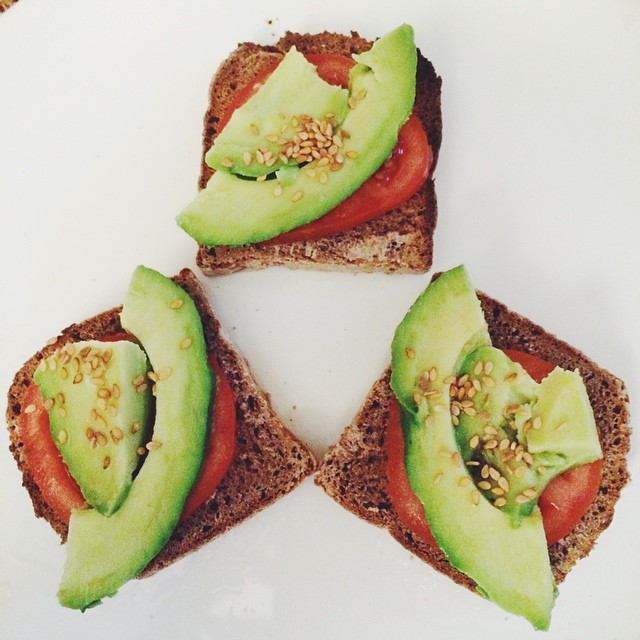 Tartines salées pour grands enfants ?? #instafood #yummy #avocado #foodporn #healthy #commit2fit #aperitif #fresh #healthyfood #organic #tomatoes #sesame