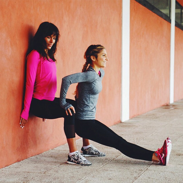 Dernier épisode #WeGetSweaty sur le thème du renforcement du haut du corps ?! Et aujourd'hui c'est avec les Dips !?⚡️ N'hésitez pas à taguer en commentaire l'ami(e) avec qui vous avez envie de faire ce #workout :D?? ?Cet exercice peut être réalisé seule avec une chaise ou à 2. Il fait travailler l'arrière de vos bras, vos abdos, mais aussi les fessiers et les jambes pour celle  en squat. ➡️Pensez à rester la plus gainée possible durant tout l'exercice.?? Étape 1⃣L'une de vous se met en position de