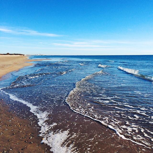 ☀️Bon Lundi à tous !!! ? La mer et la plage en hiver sont tellement magnifiques, de couleurs pures et surtout vides de monde ?? Le parfait endroit pour s'échapper ? #morning #beachday #beach #bluesky #latergram #vsco #vscocam #sea #ocean #bluesky #sun #sunny #southoffrance ?
